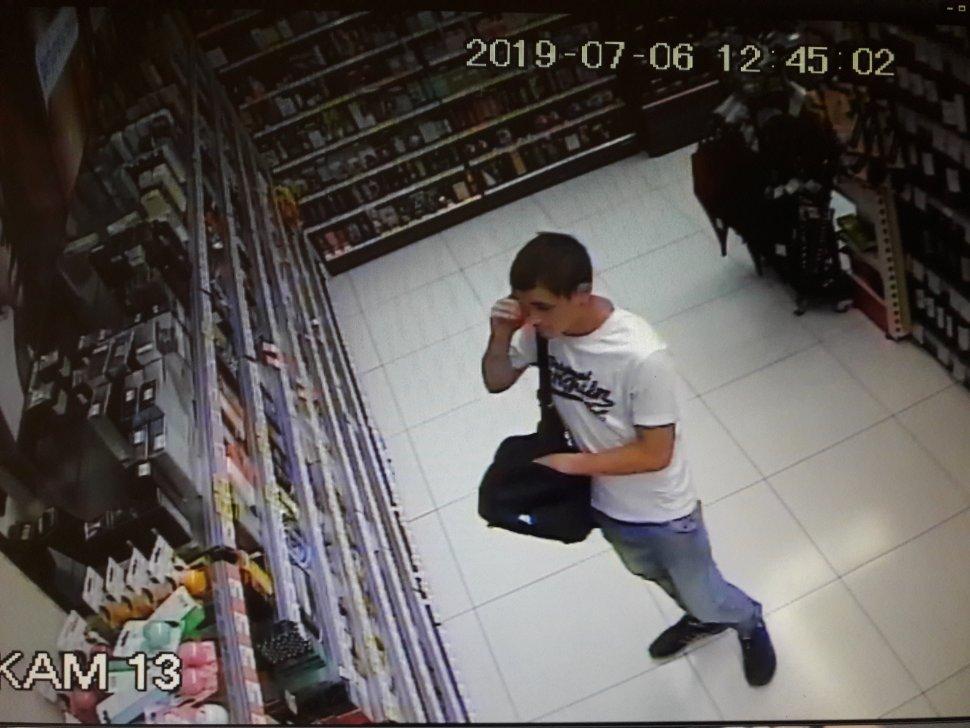 zdjęcie kolorowe: zapis monitoringu sklepowego, w którym zarejestrował się wizerunek mężczyzny podejrzewanego o kradzież perfum