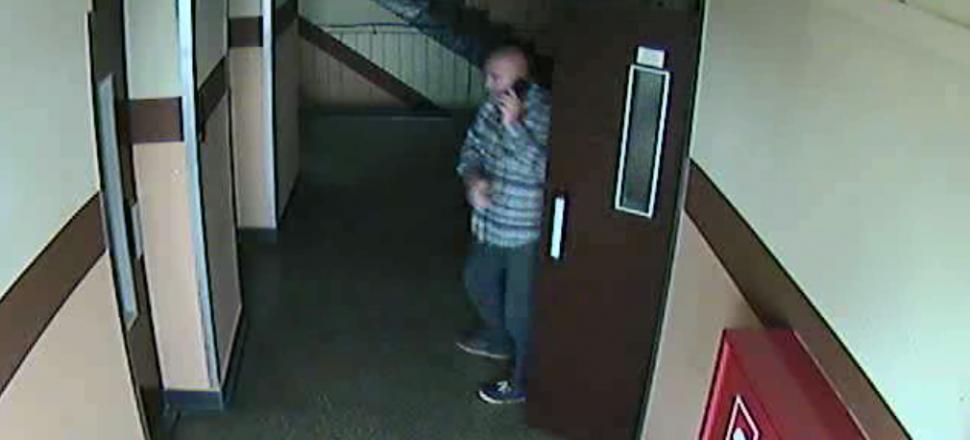 zdjęcie kolorowe: zdjęcie z monitoringu, które zarejestrowało wizerunek mężczyzny podejrzewanego o wyłudzenie pieniędzy