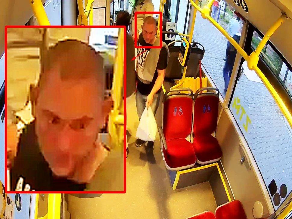 na zdjęciu widać mężczyznę stojącego w autobusie, trzymającego siatkę koloru białego obok widać powiększenie twarzy