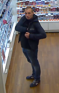 zdjęcie kolorowe: mężczyzna podejrzewany o kradziez perfum