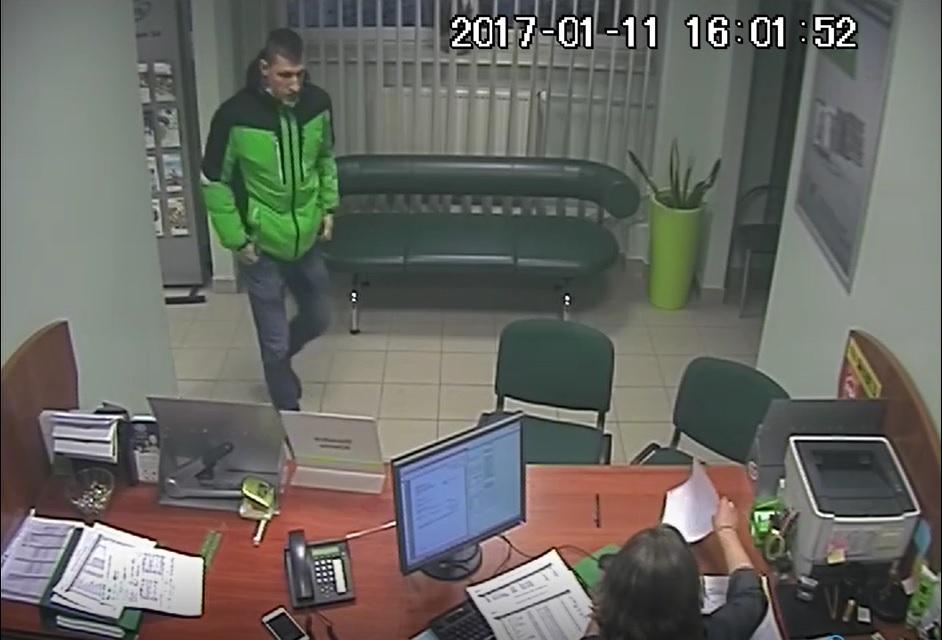 zdjęcie kolorowe: zdjęcie z monitoringu z wizerunkiem mężczyzny podejrzewanego o liczne oszustwa internetowe, przejęcia konta na portalach aukcyjnych i założenie rachunku bankowego na cudze nazwisko