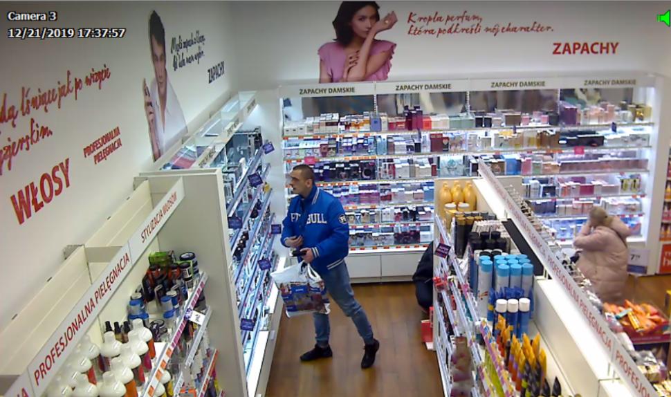 zdjęcie kolorowe: mężczyzna w niebieskiej kurtce podejrzewany o kradzież perfum w katowickiej drogerii