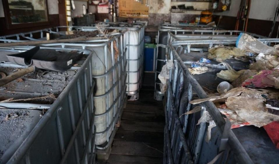 zdjęcie kolorowe: składowisko nielegalnych odpadów ciekłych