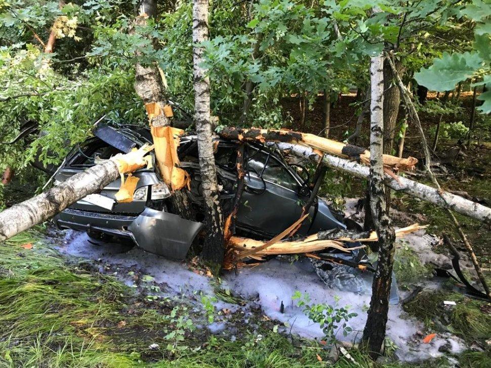 zdjęcie kolorowe: rozbite BMW na miejscu zdarzenia