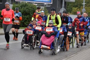 zdjęcie kolorowe: śląscy policjanci podczas  zabezpieczenia XI Silesia Marathon